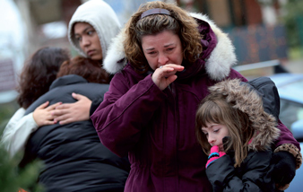 sandy_hook_mourners12-25-2012.jpg