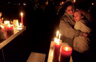 sandy_hook_mourners12-25-2012b.jpg